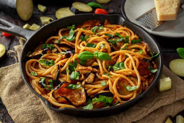 Espagueti con salsa de tomate y berenjenas