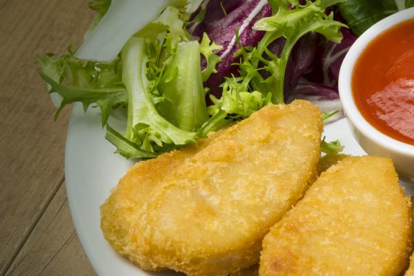 ensalada mediterránea con nuggets de pollo